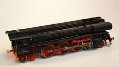 Locomotora de vapor 2-3-1 Pacific: Locomotora de la DR rodatge tipus Pacific amb detals vermells i inscripcions en blanc. Locomotora de vapor 2-3-1 Pacific: Locomotora de la DR rodaje tipo Pacifico y inscripciones en blanco.