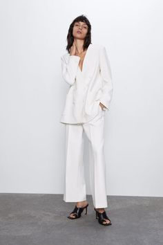 V-neck blazer featuring long sleeves, front patch pockets, matching topstitching, a back vent and front double-breasted button fastening. HEIGHT OF MODEL: 177 cm. Cropped Trousers, Wide Leg Trousers, Zara Suits, Paperbag Hose, Zara Australia, Zara Home Stores, Look Casual, Jackie Kennedy, Zara Women