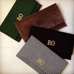 Si no te separas de tu cartera de mano, un clutch Claudine by Laura Pons con tu firma grabada puede ser el mejor regalo.