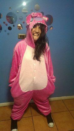 Mi hermana con su pijama de plush, obviamente importado por #amolasbotas