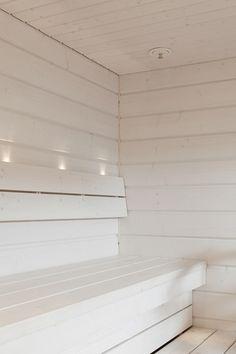 Mustat saunat ovat herättäneet ihastusta asuntomessuilla, ja uusin trendi on ehkä puhtaanvalkoinen tai harmaa. Tai miltä tuntuisi hienostunut helmiäishohde, jota hyvin suunniteltu valaistus korostaisi? Benefits Of Steam Bath, Sauna Benefits, Traditional Saunas, Sauna Design, Finnish Sauna, Steam Sauna, Wooden Room, Sauna Room, Infrared Sauna