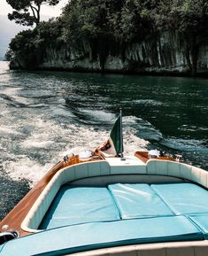 #rivaaquarama #rivavintage #rivaexperience #bellininautica #vintageboat #yacht #yachts #classicboat #classicboat #gentleman #gentlemanstyle #lifestyle #luxurylifestyle #luxury #luxuryexperience #luxurytravel #rivayacht #travel #travelblogger #traveltoitaly #italy #madeinitaly #gentelmanquotes #gentlemanlife #classiclife #oldstyle#aestethic Chris Craft, Riva Yachts, Riva Boat, Classic Wooden Boats, Vintage Boats, Cool Boats, Speed Boats, Back In Time, Vintage Italian