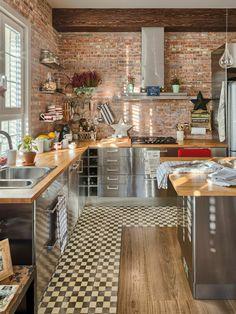 crédence de cuisine dans la cuisine moderne, mur de briques rouges, sol en bois et carrelage