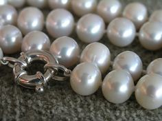 Knutar i pärlhalsband - Knotted pearl necklace