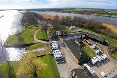 Der junge Wohnmobilhafen Elbepark Bunthaus in der Natur liegt für Durchreisende auf der Nord-Süd-Route genauso ideal wie für Kurzurlauber. Die 32 Plätze liegen direkt am Ufer. Ein Besuch lohnt sich.