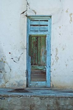 Nieu-Bethesda (South Africa) door (C) Debbie Stott Old Doors, Windows And Doors, Entrance Gates, Owl House, Architectural Elements, Colour Schemes, Sign Design, Painting Techniques, Shades Of Blue