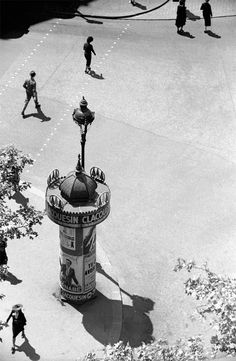 high-angle view of a kiosk on a street corner, paris, france, street crossing, 1935 © fred stein [website] Harlem Renaissance, Paris Vintage, French Vintage, Famous Photographers, Street Photographers, History Of Photography, Image Photography, Black White Photos, Black And White Photography