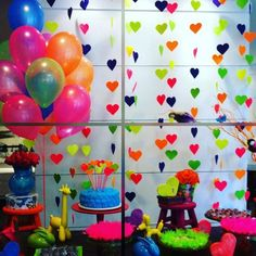 La fiesta de colores neon, a muchos adolescentes les gusta una fiesta multicolor, con luces neon y objetos que brillan en la oscuridad como...
