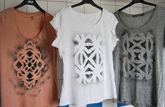 Вырежете трафарет — геометрические узоры сейчас актуальны — и покрасьте футболку с помощью аэрозольной краски. Это может быть обычная нитрокраска, купленная в строительном магазине или специальная краска для ткани, например, marabu.