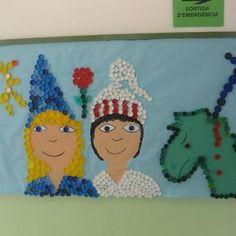 Mural de Sant Jordi fet amb taps de plàstic. Plastic Bottle Caps, Bottle Cap Art, St Georges Day, Saint George, Conte, Art Activities, King Queen, Diy For Kids, Medieval