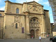 Catedral de Santo Domingo de la Calzada. La Rioja. La construcción de la iglesia actual, comenzaron en 1158, conservando gran parte de la antigua, estos trabajos fueron dirigidos por el maestro Garçion. En el siglo XVI, la parte derecha del transepto, fue elevada para realizar la tumba de Santo Domingo.  Esta construida como una iglesia de peregrinaje, ya que se encuentra en el camino francés a Santiago de Compostela, con un característico deambulatorio