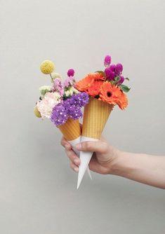 아이스크림 콘이 생각나는 꽃포장입니다.