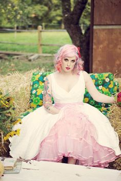 Noiva de cabelos rosa com mechas coloridas.