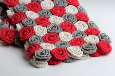 10 Crochet Patterns for Roses: Roses Crochet Blanket Pattern This is the Rose Field Baby Blanket crochet pattern sold by Tanya Sh on Ravelry. What a beauty! This would make an amazing gift for anyone or a terrific addition to your own blanket collection. Diy Tricot Crochet, Crochet Mignon, Crochet Crafts, Crochet Stitches, Crochet Projects, Crochet Edgings, Crochet Borders, Easter Crochet, Crochet Christmas