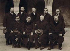 Fotografia przedstawia dwunastu krakowskich mistrzów stolarstwa .Zdjęcie zrobione na ul.Św Anny.
