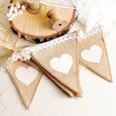 Banderin de yute con encaje y corazones blancos Diy And Crafts, Burlap, Reusable Tote Bags, Crochet, Birthday, Handmade, Macrame, Brunch, Villa