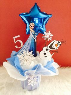 Frozen theme party, Frozen theme party images, Frozen party for girls, Ideas to decorate a Frozen party with balloons, simple decoration for a girl's Winter Birthday Parties, Frozen Themed Birthday Party, Elsa Birthday, Disney Frozen Birthday, Frozen Disney, Frozen Centerpieces, Frozen Decorations, Birthday Party Centerpieces, Party Themes