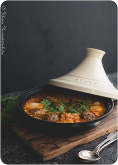 Kefta Mkaouara in der Tajine mit gedämpftem Couscous Kefta Mkaouara – Moroccan tagine with meatballs, tomato sauce and poached eggs Tajin Recipes, Soup Recipes, Healthy Recipes, Yummy Recipes, Couscous, Cook N, Food Tags, Sauce Tomate, Outdoor Cooking