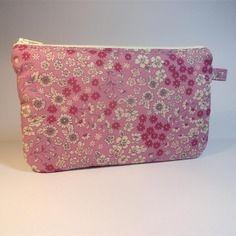 Trousse pochette plate tissu frou-frou à fond rose imprimé fleurs
