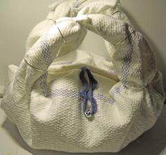 Borsetta realizzata con un panno per le pulizie dei pavimenti e qualche accessorio. Questa è Ume :)