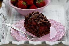 Czekoladowe ciasto drożdżowe z truskawkami i kruszonką
