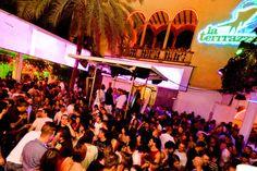 Porque estoy un estudiante, quiero un barrio en Barcelona que tiene una vida nocturna divertida. Este artículo describe cinco discotecas en cinco barrios diferentes. Es muy interesante.