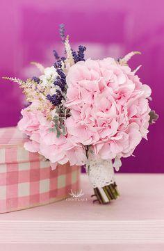 Buchet de mireasa hortensie roz asortat cu lavanda pentru o mireasa rafinata.Buchet de mireasa de la FlorideLux Cluj. Vezi detalii aici!