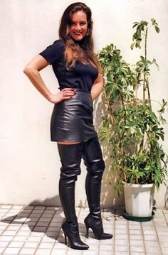 Sexy women wearing sexy knee boots and mini skirts. High Leather Boots, Black Leather Skirts, Casual Skirt Outfits, Sexy Outfits, Crotch Boots, Leder Outfits, Thigh High Boots Heels, Skirts With Boots, Sexy Boots