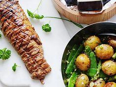 Helgrillad fläskfilé med primörsallad och örtcremé | Recept från Köket.se Carne, Foodies, Grilling, Food And Drink, Meat, Chicken, Vegetables, Recipes, Crickets