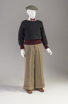 These pants are know as 'oxford bags'. They were trousers with extremely wide legs and were worn to quickly put on over knickers before class. They were adopted by students at the Oxford and spread to the Ivy league schools in America. 40s Fashion, Fashion History, Vintage Fashion, 1920s Outfits, Vintage Outfits, Oxford Bags, 1920s Men, 1940s, Moda Retro