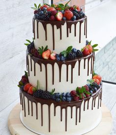 How yummy does this cake look? Love the chocolate with fresh berries! Crazy Cakes, Fancy Cakes, Pretty Cakes, Beautiful Cakes, Amazing Cakes, Wedding Cake Centerpieces, 18th Cake, Fresh Flower Cake, Naked Cake