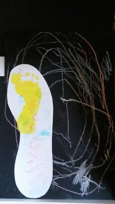 Vaderdag. Met schoolbordkrijt op zwart papier laten tekenen. Vader met een smoes zijn voet laten omtrekken. Zoon/dochter dit laten stempelen (of iets anders) en eigen voet afdrukken. Op kaartje (apart) zet je: Papa, ik wil in jouw voetsporen treden...
