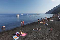 Plage de sable noir sur Stromboli, Sicile