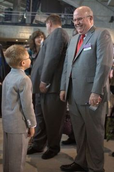 little boy meeting Brother Sanderson from the Governing Body- pix at Indianapolis, Indiana International Convention 2014 Jw News, Jw Humor, Jw Convention, Kingdom Hall, Christian Families, Atlanta, Brotherly Love, Bible Truth, Jehovah's Witnesses