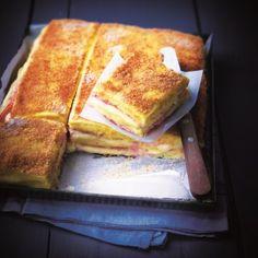 Préparer la polenta avec : 75 cl lait entier, 40 cl crème liquide, 150 g semoule à polenta. Laisser refroidir sur une plaque. 8 tranches jambon, 8 tranches emmental, chapelure, 4 noix beurre, sel, poivre. Préchauffer four à 160°C. Couper des carrés dans la polenta. Déposer 1 tranche de jambon, 1 de fromage, 1 jambon, 1 fromage, 1 tranche de polenta. Parsemer de chapelure et d'1 noix de beurre. Enfourner env. 15 min pour gratiner.
