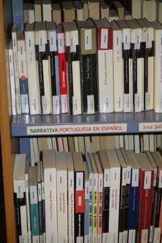 Los grandes autores clásicos y contemporáneos los encontraremos traducidos al castellano. Portugal, Bookcase, Home Decor, Initials, Authors, Homemade Home Decor, Decoration Home, Book Stands, Interior Decorating