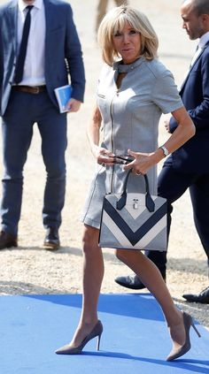 The French First Lady, Brigitte Macron, wore her signature silhouette in a summer fabric, punctuated by a coordinating bag. Power Dressing, Trendy Fashion, Plus Fashion, Womens Fashion, French First Lady, Beaux Couples, Brigitte Macron, First Lady Melania Trump, French Chic