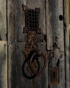 Old door hardware knock knock ideas Old Door Knobs, Door Knobs And Knockers, Door Handles, Rustic Hardware, Barn Door Hardware, Old Doors, Windows And Doors, Steel Security Doors, Door Detail
