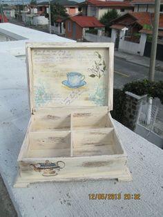 Caja de te, decapado y decoupage: Decoupage Vintage, Decoupage Wood, Decor Crafts, Diy And Crafts, Shabby Boxes, Diy Tea Bags, How To Make Box, Woodworking Box, Pintura Country