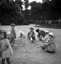 Enfants jouant dans les jardins des Champs-Elysées. Paris, années 1940.