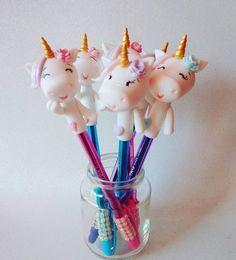 Canetas lindíssimas! Únicornio ❤ #compredequemfaz #alinepavao #porcelanafria #biscuitlove #biscuitbrasil #biscuit #feitocomamaoeocoracao #compredequemfaz #unicorniodebiscuit #unicornio