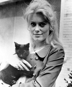 Catherine Deneuve - Ahhh, the great ones love cats!