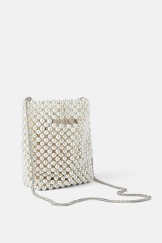 Pear beads and round metal beads all over the body. Diy Handbag, Diy Purse, Beaded Purses, Beaded Bags, Transparent Bag, Luxury Purses, Sack Bag, Knitted Bags, Fashion Bags