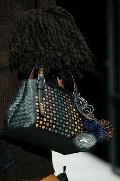 Bottega Veneta Fall 2018 Ready-to-Wear Fashion Show Details: See detail photos for Bottega Veneta Fall 2018 Ready-to-Wear collection. Look 58 Fall Handbags, Purses And Handbags, Fall Bags, Fashion Bags, Fashion Trends, Fashion Jewelry, Beautiful Handbags, Vogue Fashion, Handbags Michael Kors