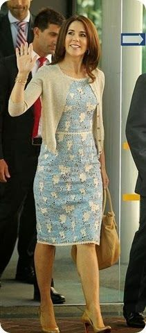 Crown Princess Mary in Collette Dinnigan dress, Malene Birger cardigan and Chanel bag. Princesa Mary, Crown Princess Mary, Prince And Princess, Vestidos Chiffon, Mary Donaldson, Denmark Fashion, Princess Marie Of Denmark, Herzog, Looks Chic