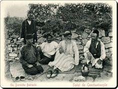 Un Derviche Bektachi - bir Bektaşi Dervişi (fotoğrafta beyaz sakallı olan)  #İstanbul, 1890'lı yıllar...