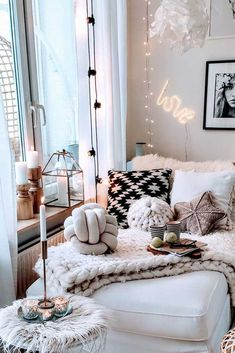 50 Beautiful Bohemian Bedroom and Interior Design Ideas: Its time to make your house bedroom and interior look stylish and fascinating with the Bohemian finishing and appearance! Home Interior, Interior Design, String Lights In The Bedroom, Lighting In Bedroom, Deco Studio, Aesthetic Room Decor, Cozy Corner, Dream Rooms, My New Room