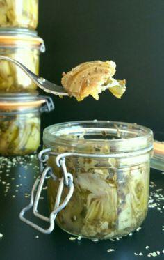 bocal antipasti artichaut  pour 4 bocaux de 200g 8 artichauts violets 4 gousses d'ail 2 citrons 2 cuillères à soupe d'origan De l'huile d'olive 2 cuillères à café de sel Matériel spécifique : 4 pots de 200g type « le parfait » et 4 joints 1 cocotte minute ou un stérilisateur Veggie Recipes, Asian Recipes, Pickles, Antipasto Skewers, Aromatic Herbs, Kefir, Chutney, Empanadas, Bon Appetit