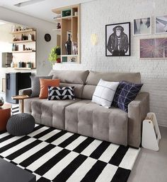 Gray sofa: 85 ideas on how to use this versatile furniture for decoration Small Living Rooms, Rugs In Living Room, Home And Living, Living Room Decor, Kitchen Cabinets Decor, Cabinet Decor, Pantone, Cozy Sofa, Interior Desing