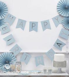Deko zum ersten Geburtstag mit Glamour-Faktor: Zart hellblaue Wimpelgirlande mit silber glitzerndem 'Happy 1st Birthday'-Schriftzug. Länge: 3,0 m.